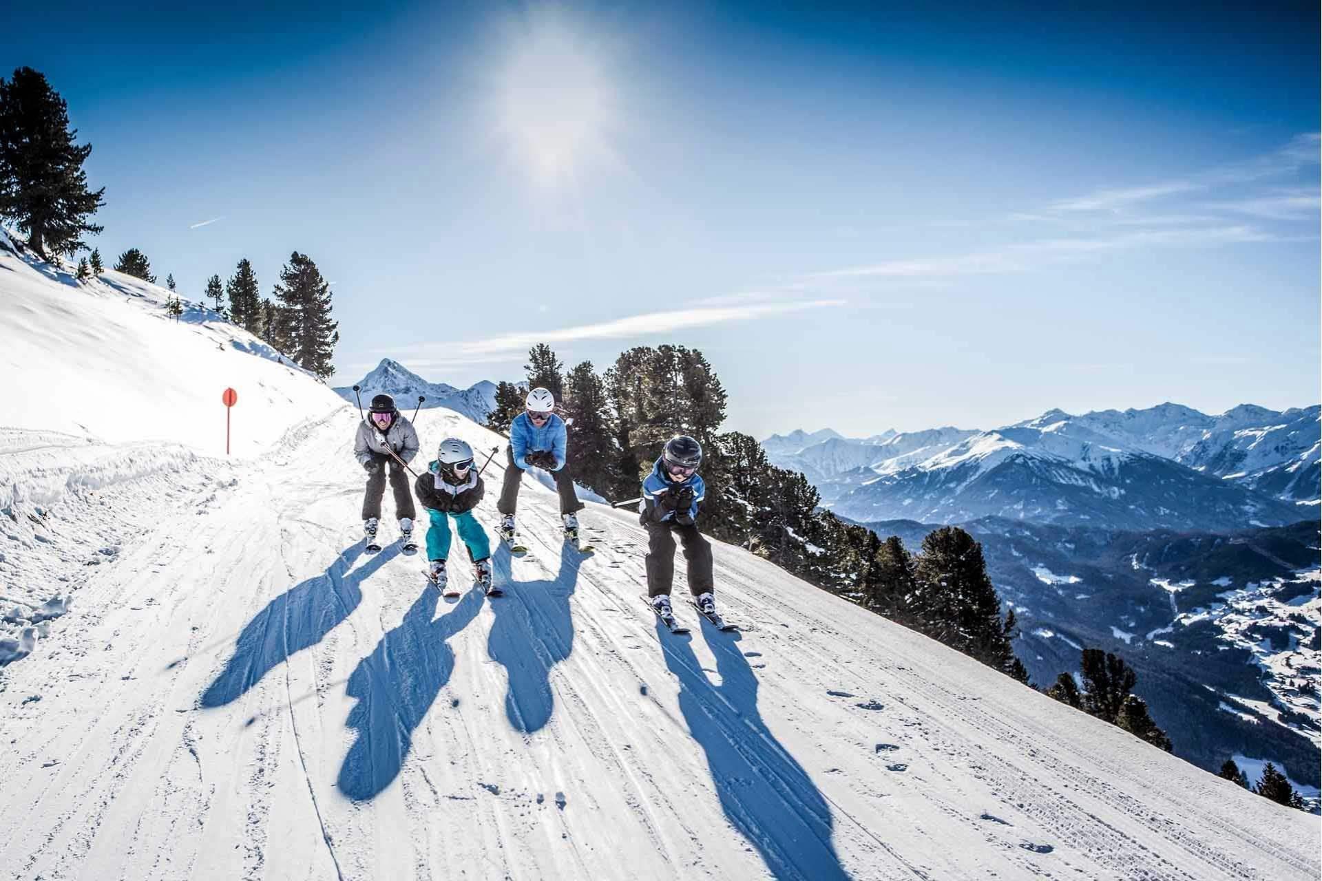 familie skifahren hochzeiger